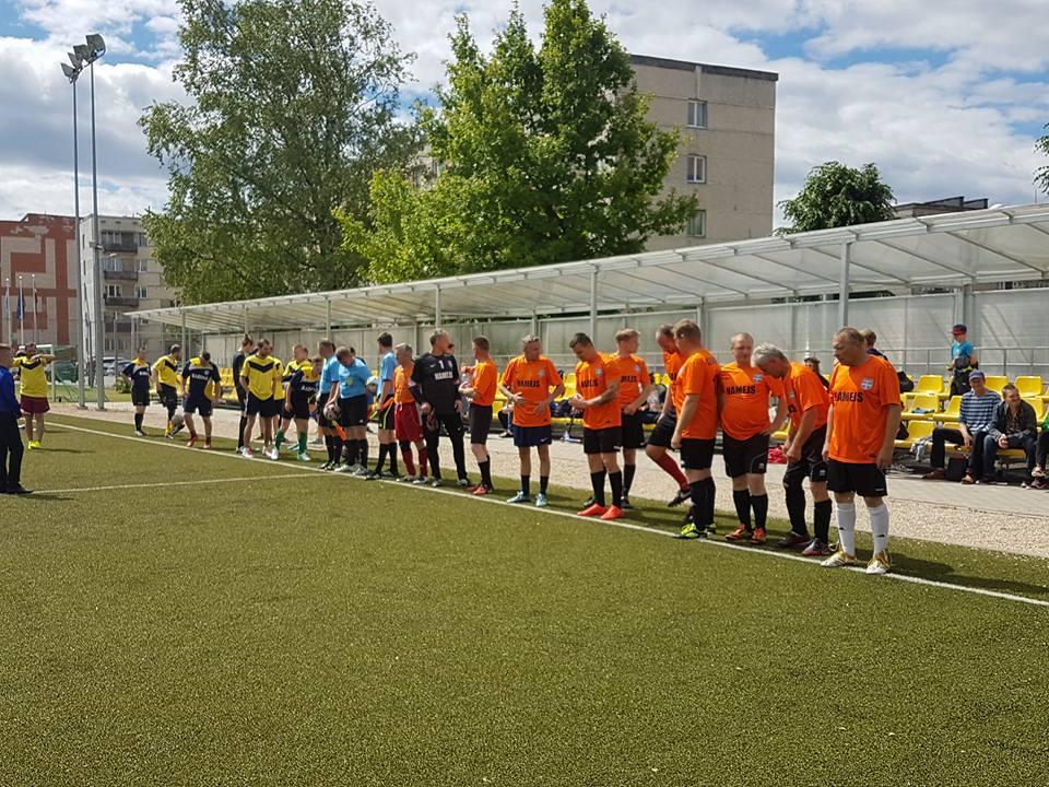 Seniori-juniori futbols